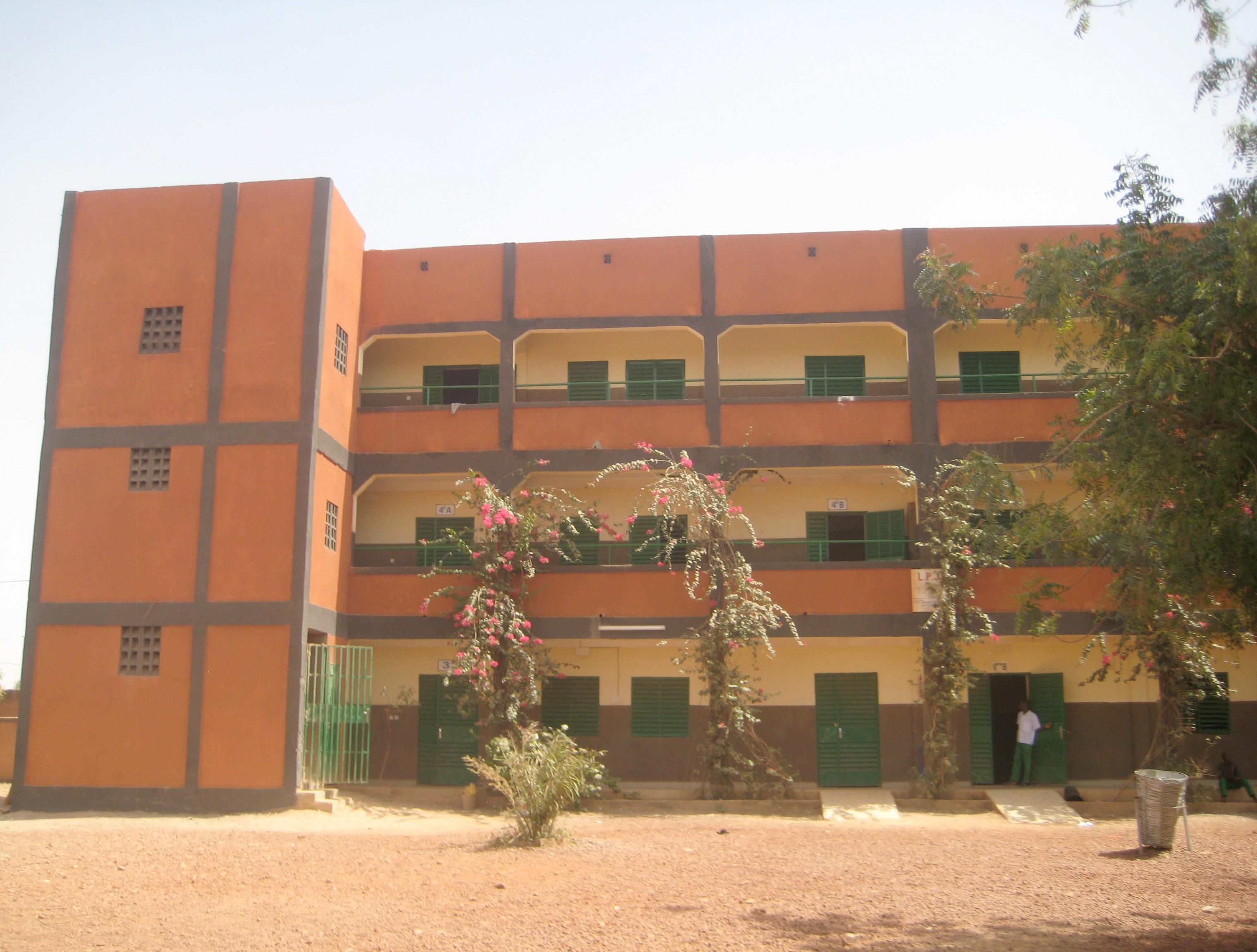 Le lycée avec son 2ème étage
